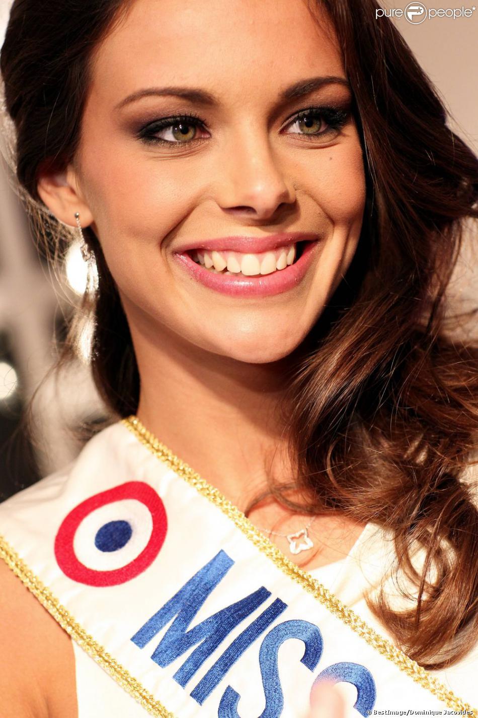La ravissante Marine Lorphelin, Miss France 2013, à Paris le 10 decembre 2012 pour la 17ème edition des sapins de Noël des créateurs à l'hôtel Salomon de Rothschild