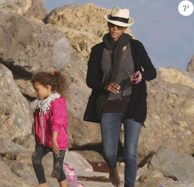Halle Berry et sa fille Nahla se promènent sur une plage de Malibu le 9 décembre 2012.