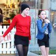 Miley Cyrus s'est rendue dans une animalerie avec sa soeur Noah et sa mère Leticia à Los Angeles le 26 Novembre 2012.