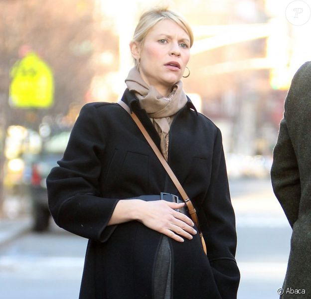 Claire Danes bien enceinte, attend un taxi à New York avec son mari Hugh Dancy le 11 décembre 2012