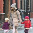 Sarah Jessica Parker, très fahsion en total look beige et blanc, et son mari Matthew Broderick emmènent leurs filles Tabitha et Marion à l'école à New York, le 14 décembre 2012.
