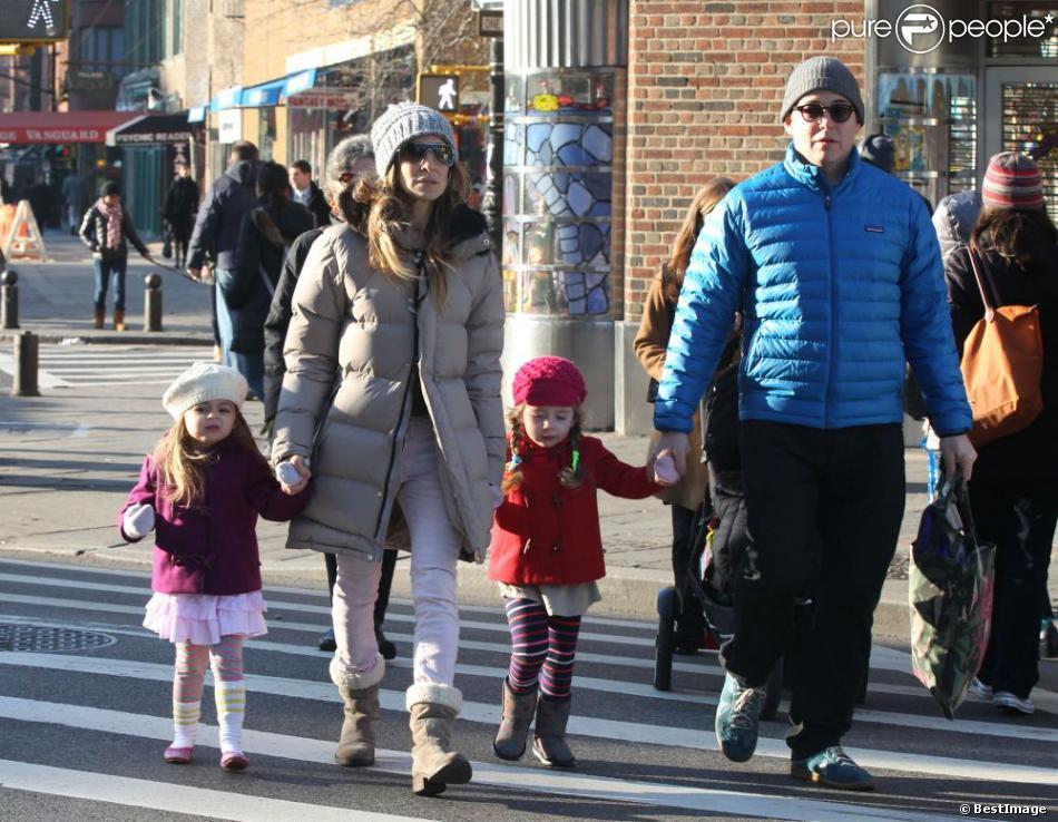 Sarah Jessica Parker et son mari Matthew Broderick emmènent leurs filles Tabitha et Marion a l'école à New York, le 14 décembre 2012. La famille était chaudement habillée. Malgré le froid, les deux petites sont sorties en jupe.