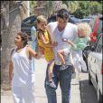 Peter André et ses trois enfants, Junior Sawa, Princess Tiaamii et Harvey en vacances à Chypre le 19 juin 2009.
