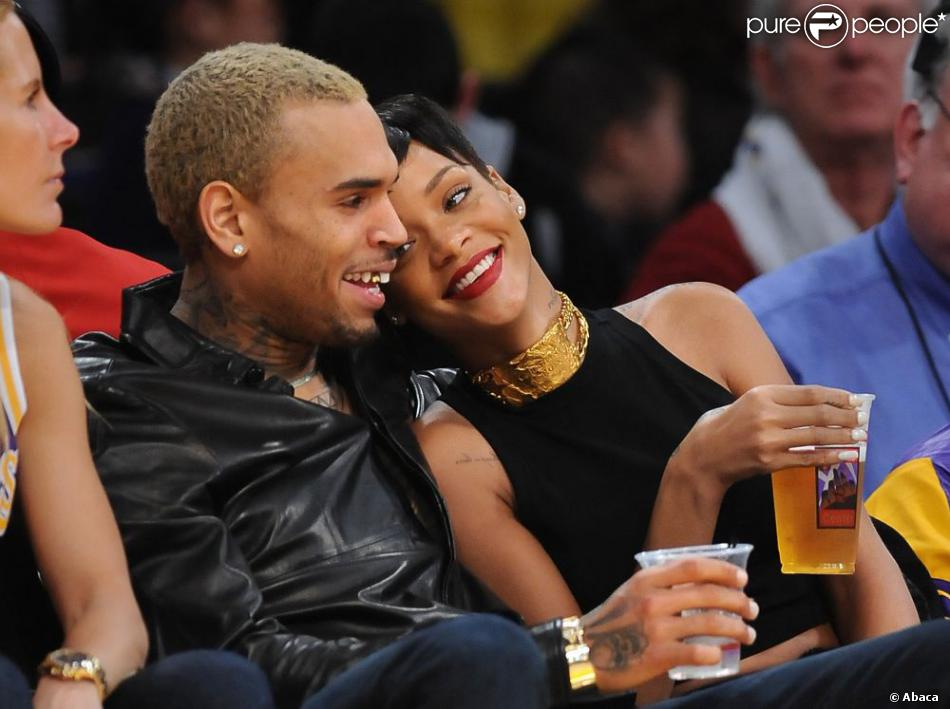Le chanteur Chris Brown et Rihanna, complices et amoureux, au Staples Center où ils assistent à un match de basket le jour de Noël à Los Angeles, le 25 décembre 2012.