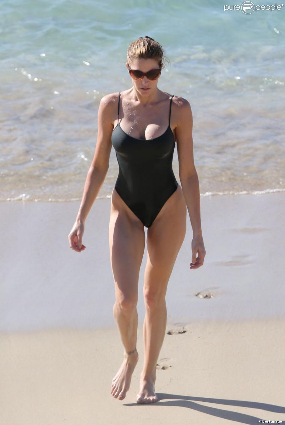 Stephanie Seymour, sublime maman de 44 ans en monokini lors de ses vacances en famille à Saint-Barthélémy. Le  26 décembre 2012.