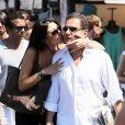 Eric Besson et son épouse Yasmine s'embrassent à Saint-Tropez, le 17 août 2012.