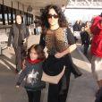 Salma Hayek et sa fille Valentina arrivent à l'aéroport Los Angeles le 7 janvier 2013.