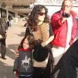 Salma Hayek et sa fille Valentina arrivent à l'aéroport Los Angeles le 7 janvier 2013. La petite fille ne semble pas très impressionnée par la présence des photographes.