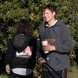 Ashton Kutcher et Mila Kunis promènent leur chien dans les rues d'Hollywood, le 7 Janvier 2013. Ashton Kutcher tient à la main une boisson Starbucks.