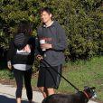Ashton Kutcher et Mila Kunis promènent leur chien dans les rues d'Hollywood, le 7 Janvier 2013. Le couple est en tenue de sport.