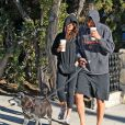 Ashton Kutcher et Mila Kunis promènent leur chien dans les rues d'Hollywood, le 7 Janvier 2013.