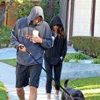 Ashton Kutcher et Mila Kunis promènent leur chien dans les rues d'Hollywood, le 7 Janvier 2013. Ils en profitent pour boire un bon café.