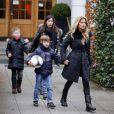 Sylvie Van der Vaart et son fils Damian dans les rues de Hambourg avec une amie le 6 janvier 2013