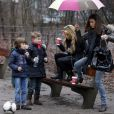Sylvie Van der Vaart et son fils Damian dans un parc de Hambourg avec une amie le 6 janvier 2013