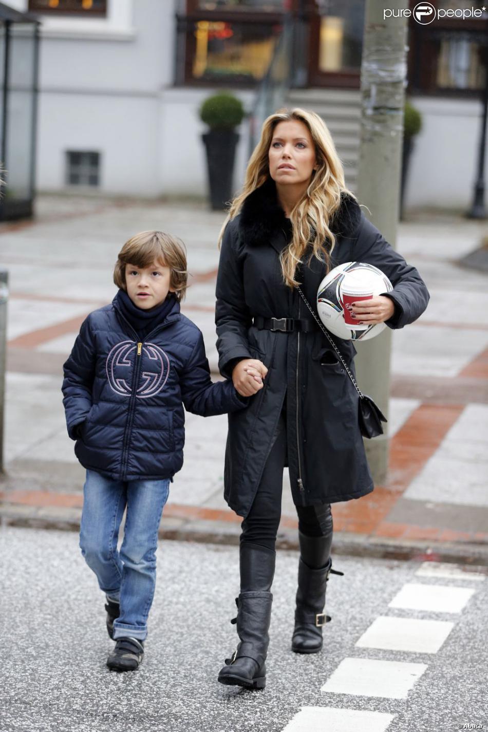 Sylvie Van der Vaart et son fils Damian dans les rues de Hambourg le 6 janvier 2013