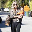 Molly Sims se rend chez une amie à Los Angeles avec son fils Brooks Stuber. Elle est habillée de façon décontractée. Le 10 janvier 2013.