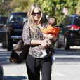 Molly Sims se rend chez une amie à Los Angeles avec son fils Brooks Stuber, le 10 janvier 2013.