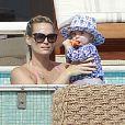 Molly Sims, son mari Scott Stuber et leur fils Brooks profitent de vacances à Cabo San Lucas au Mexique le 29 décembre 2012. Molly Sims et son fils s'amusent à la piscine