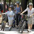 Jodie Foster et sa compagne à l'époque, Cydney Bernard, avec leurs enfants à New York le 21 juin 2007