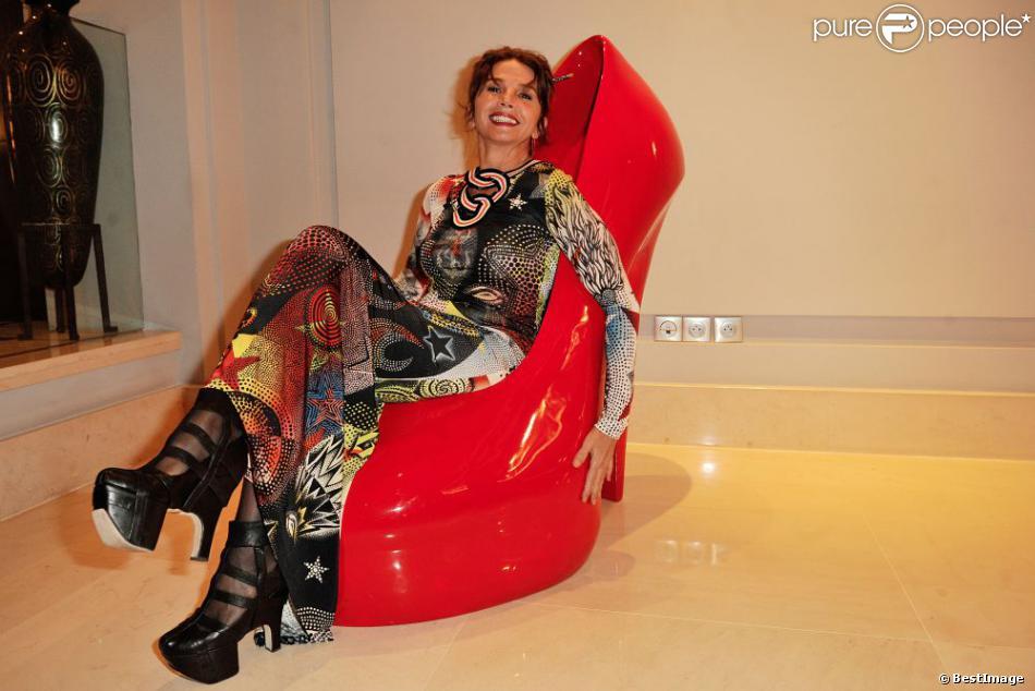 victoria abril a trouv chaussure son pied lors du vernissage de l 39 exposition de richard. Black Bedroom Furniture Sets. Home Design Ideas