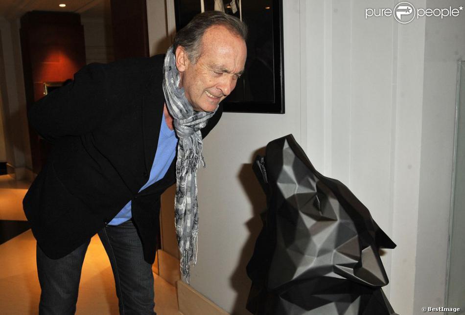 yves lecoq lors du vernissage de l 39 exposition de richard orlinski au sofitel le faubourg paris. Black Bedroom Furniture Sets. Home Design Ideas