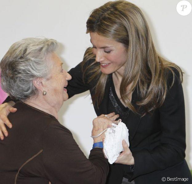"""Letizia avec une pensionnaire ravie. Le prince Felipe et la princesse Letizia d'Espagne lors de l'inauguration du complexe résidentiel pour personnes âgées """"La Mineria"""" à Oviedo le 24 janvier 2013"""