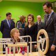 """Le prince Felipe et la princesse Letizia d'Espagne découvrant les salles d'activités lors de l'inauguration du complexe résidentiel pour personnes âgées """"La Mineria"""" à Oviedo le 24 janvier 2013"""