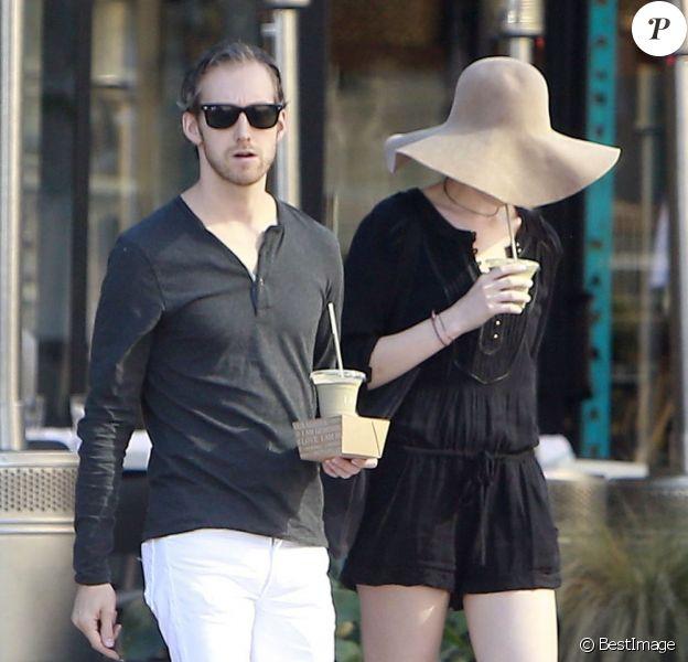Anne Hathaway et son mari Adam Shulman vont déjeuner à Los Angeles, le 28 janvier 2013.