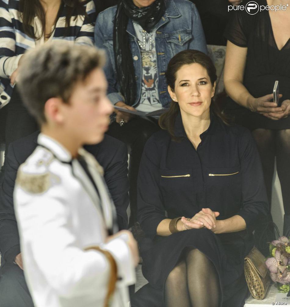 La princesse Mary de Danemark au front row d'un défilé au Salon international de la Mode de Copenhague (CIFF), dont elle est la marraine, le 1er février 2013.
