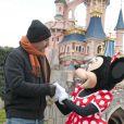 Kevin Costner salue Minnie à Disneyland, près de Paris, le dimanche 3 février 2013.