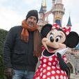 Kevin Costner troque sa femme le temps d'une photo avec Minnie à Disneyland, près de Paris, le dimanche 3 février 2013.