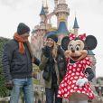 Kevin Costner et sa délicieuse femme Christine Baumgartner au côté de Minnie à Disneyland, près de Paris, le dimanche 3 février 2013.