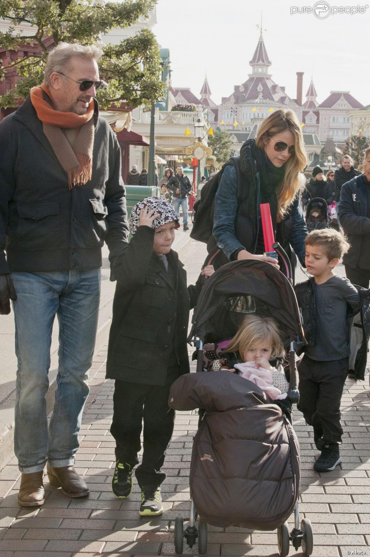 Kevin Costner, Christine Baumgartner et leurs trois enfants Cayden, Hayes et Grace en balade sur Main Street à Disneyland, près de Paris, le dimanche 3 février 2013.