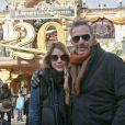 Kevin Costner pose avec sa femme Christine Baumgartner devant une entrée de Disneyland, près de Paris, le dimanche 3 février 2013.