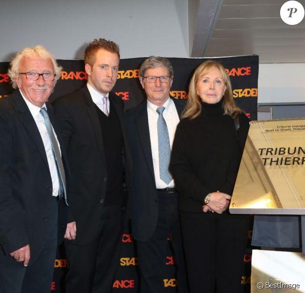 Françoise Boulain, son fils Gary Roland, Jean-Michel Larqué et Jacques Vendroux lors de l'inauguration de la tribune de presse du Stade de France qui portera désormais le nom de Thierry Roland, le 6 février 2013