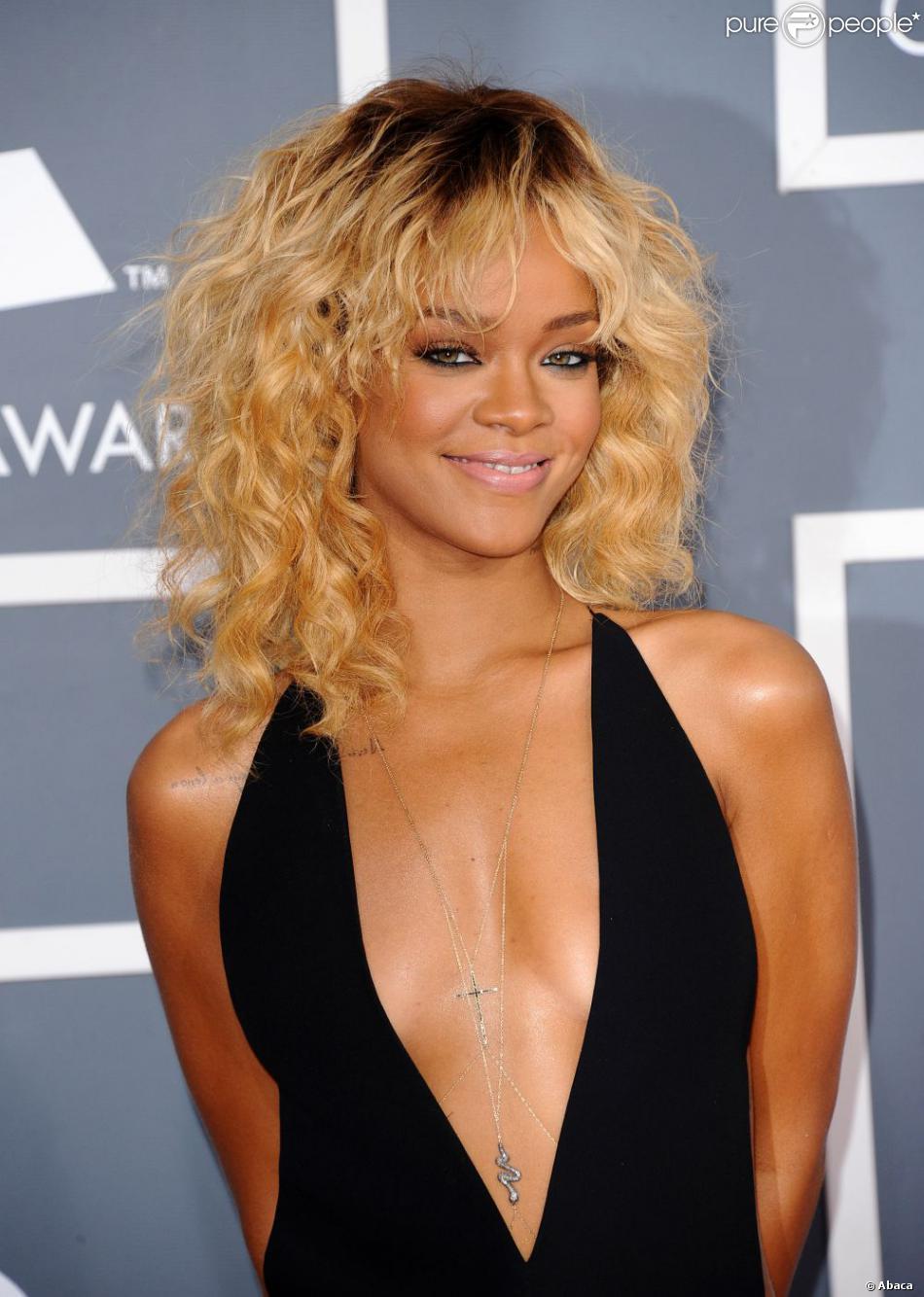 Rihanna, ultra sexy en robe Giorgio Armani lors des 54e Grammy Awards. Los Angeles, le 12 février 2012.