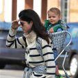 Selma Blair et son fils Arthur dans les rues de Studio City, quartier de Los Angeles, le 7 février 2013. Arthur déguste une pomme.