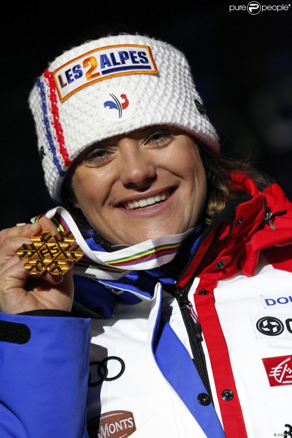 Marion Rolland lors de la remise des médailles après être devenue championne du monde de descente à Schladming en Autriche le 10 février 2013. - 1049168-marion-rolland-of-france-wins-the-gold-950x0-2