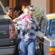 Jack Osbourne, un papa fier avec sa petite Pearl, dans les rues de Los Angeles, le 9 février 2013.