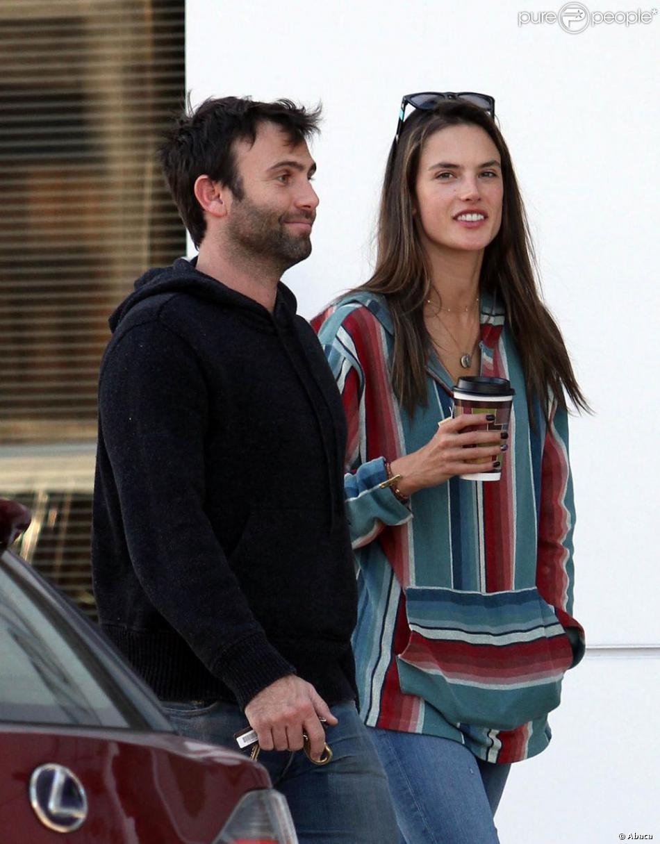 Alessandra Ambrosio et son fiancé Jamie Mazur se promènent à Los Angeles le 12 février 2012