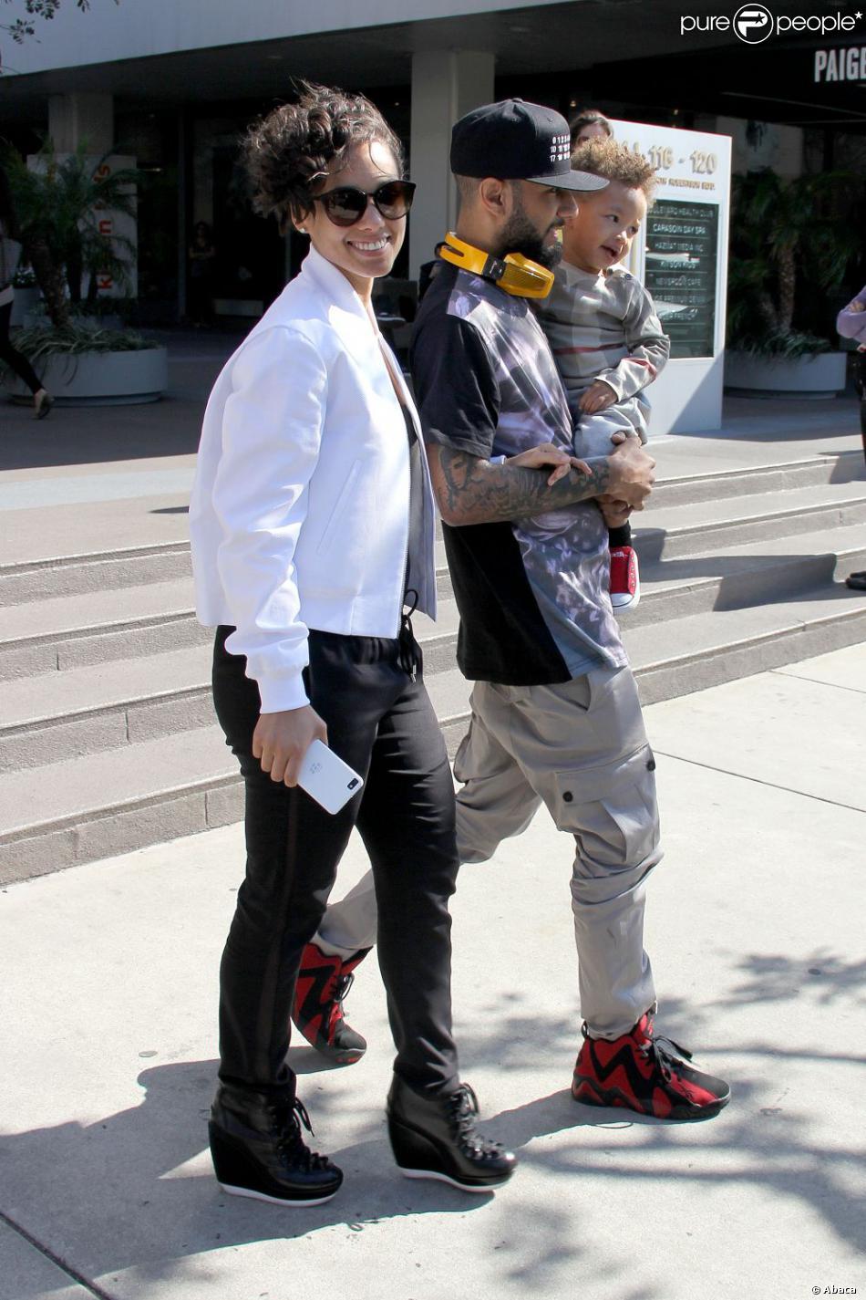 Alicia Keys avec son mari Swizz Beatz et leur fils Egypt, à la sortie d'un restaurant, à West Hollywood, le 12 février 2013.