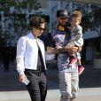 Alicia Keys et son mari Swizz Beatz et leur fils Egypt, à la sortie d'un restaurant, à West Hollywood, le 12 février 2013.