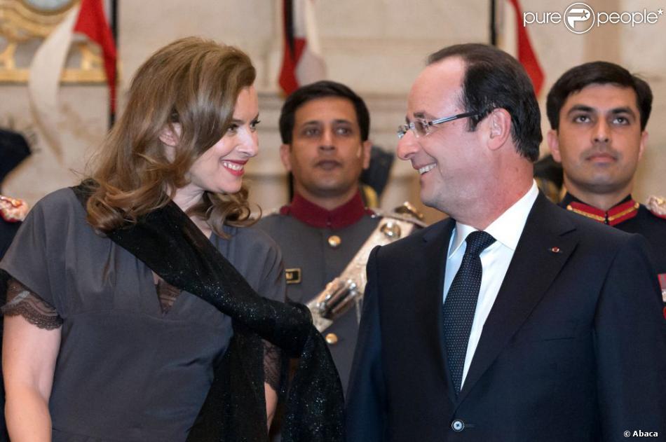 Regard tendre pour François Hollande et Valérie Trierweiler au dîner d'Etat donné au Rashtrapati Bhavan, la résidence officielle du président à New Delhi, le 14 février 2013.