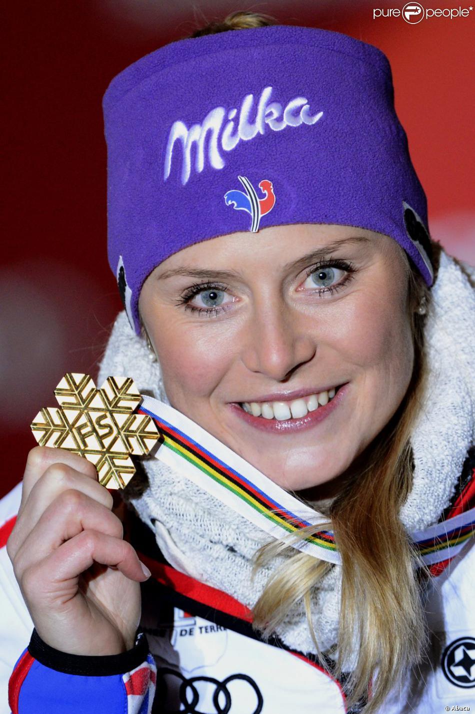 Tessa Worley et sa médaille d'or après son triomphe en géant lors des championnats du monde le 14 février 2013 à Schladming en Autriche