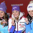 Tessa Worley lors du podium après le géant des championnats du monde le 14 février 2013 à Schladming en Autriche avec Tina Maze et Anna Fenninger