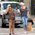 Charlize Theron profite de son fils Jackson et de sa maman Gerda à Beverly Hills, le 16 février 2013