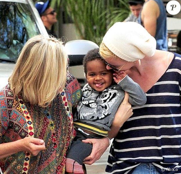 Moments de complicité entre Charlize Theron, son fils Jackson et sa maman Gerda à Beverly Hills, le 16 février 2013