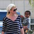 Charlize Theron emmène son fils Jackson faire du shopping à Beverly Hills. Ensemble, ils se sont arrrêtés chez Children's Place et à la boutique Nike. Gerda, la maman de Charlize, était également de la partie le 16 février 2013
