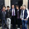 La Premier ministre anglais David Cameron a posté un cliché où il pose aux côtés des One Direction, sur Twitter, le 17 février 2013.