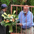 Barry Steenkamp, le père de Reeva Steeenkamp, reçoit des fleurs devant son domicile de Port Elizabeth, le 15 février 2013.